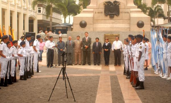 Miembros de FSP y estudiantes, congregados al pie del monumento a la Batalla de Pichincha