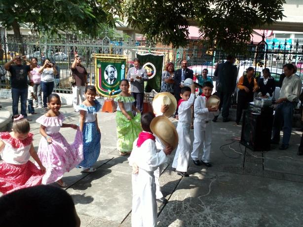 Alumnos de la Academia Naval Visión ofrecieron un baile montubio en el homenaje al Himno Nacional.