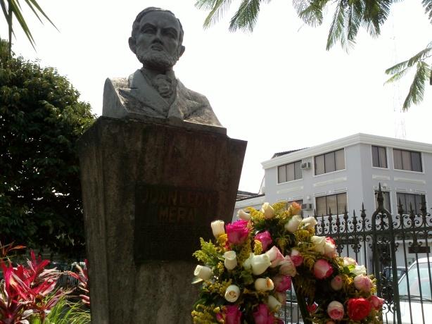 En el busto de Juan León Mera se colocó una ofrenda floral.