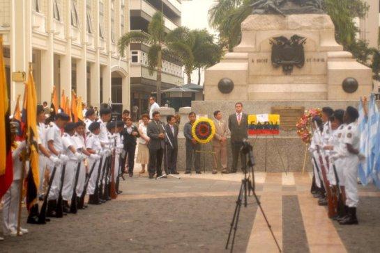 La Fundación Símbolos Patrios rinde homenaje a los héroes de la Batalla de Pichincha, con la colocación de una ofrenda floral al pie de su monumento.