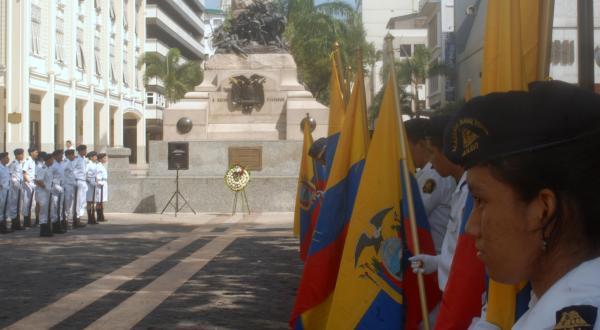 Estudiantes con banderas de Ecuador y Guayaquil llenaron de civismo el ambiente en la Plaza de la Administración en Guayaquil.