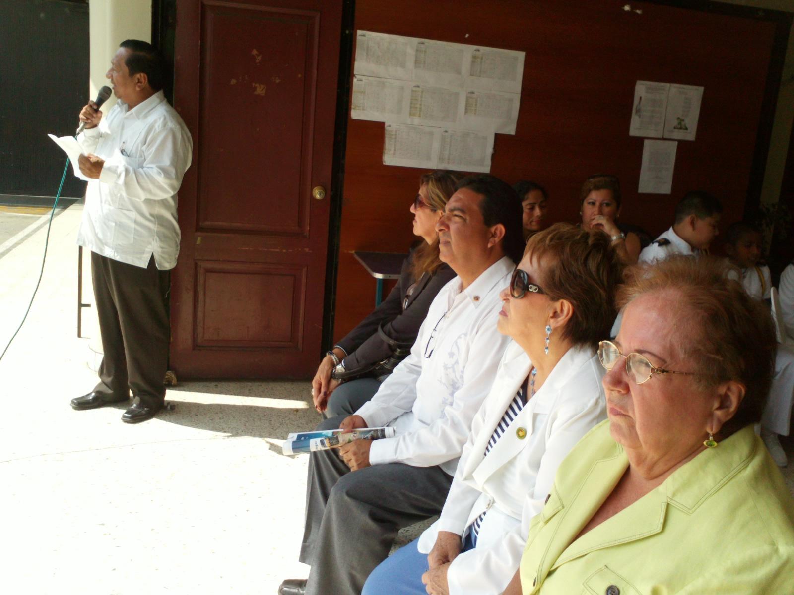 El primer vocal principal de la Fundación Símbolos Patrios, Marcos Yagual (i), hizo una reseña histórica sobre los autores del Himno Nacional.