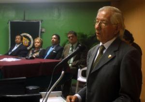 Manuel Antón (d) agradeció a nombre de los maestros homenajeados.