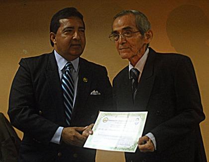 """Flavio Zúñiga (i), presidente de la Fundación Símbolos Patrios, entregó la Mención """"Dr. Jorge Villacrés Moscoso"""" al educador Segundo Naranjo."""