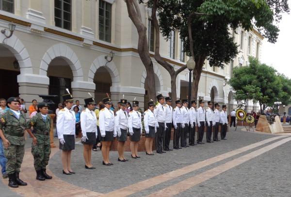 Estudiantes del colegio Teniente Hugo Ortiz hicieron calle de honor en el acto cívico.