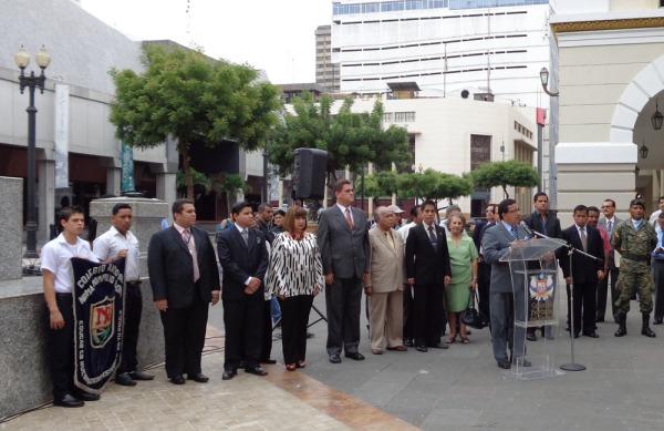 Miembros de las fundaciones Símbolos Patrios y Antonio Parra Velasco, y de la Prefectura del Guayas, participaron del evento cívico.