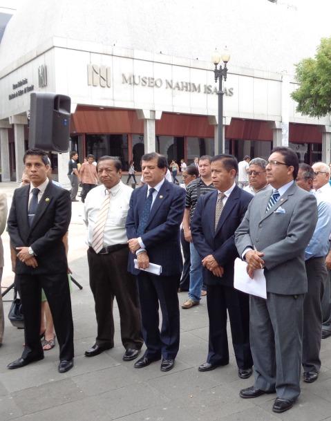 Miembros de la Fundación Símbolos Patrios, Juan Pablo Pérez T. (i, secretario); Marcos Yagual (primer vocal); César Carrera (cuarto vocal alterno); y Flavio Zúñiga (presidente).