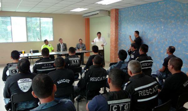 Raúl Sánchez Mendoza (d), cronista vitalicio de Yaguachi, exaltó el trabajo de los rescatistas.
