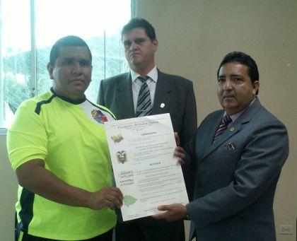 El presidente de FSP, Flavio Zúñiga (d), entregó el acuerdo al teniente Carlos Cevallos.