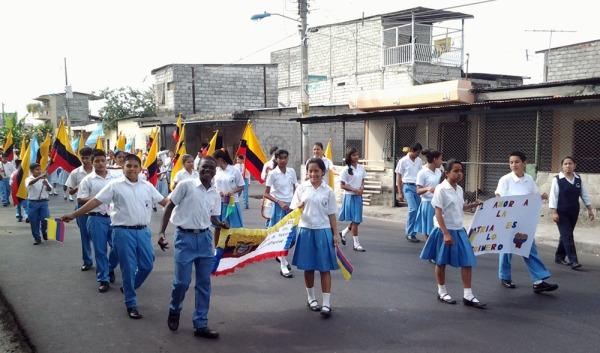Los estudiantes de la Unidad Educativa OEA en la caminata cívica.