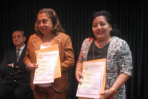 Mercedes Nolivo (i) y Ketty Flores, rectoras de los colegios Eloy Alfaro y Guayaquil, declaradas miembros honorarias.