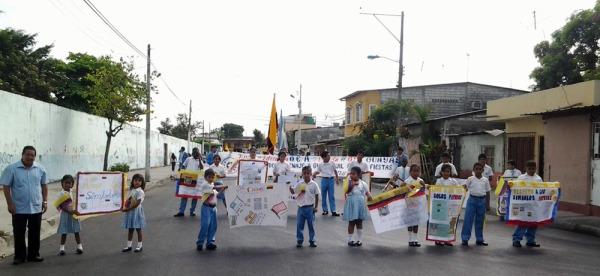 Roosevelt Barros (i), miembro de la Fundación Símbolos Patrios, en la caminata que se realizó en el Suburbio.