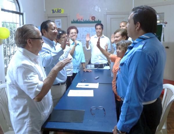 Marcos Yagual (i), presidente de la Asamblea, tomó juramento a los nuevos miembros del Directorio.