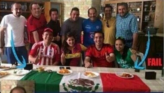 El senador Martín Orozco (de pie, camiseta azul) aparece junto a la mesa donde se colocó la bandera de México como mantel.