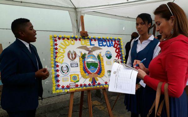 Joan Arroyo y Dayana Yandún expusieron el trabajo de la Unidad Educativa Francisco Rendón, con el que obtuvieron el primer lugar.